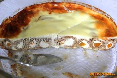 Запекайте блинный пирог при 180°C около 20-25 минут до зарумянивания заливки.