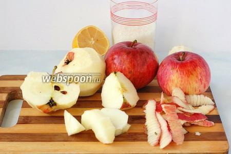 Яблоки очистить от кожуры и сердцевины, нарезать.