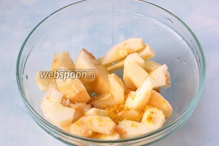 Яблоки залить водой, добавить сахар, лимонный сок и цедру лимона, проварить на слабом огне до готовности — около 45 минут.