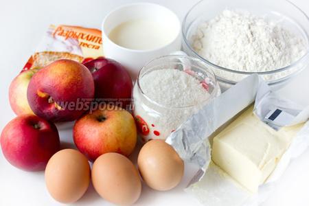 Для приготовления пирога с карамелью, яблоками и нектаринами нам понадобится пшеничная мука, яйца, сахар, молоко, сливочное масло, разрыхлитель, кипячёная вода, яблоки и нектарин.