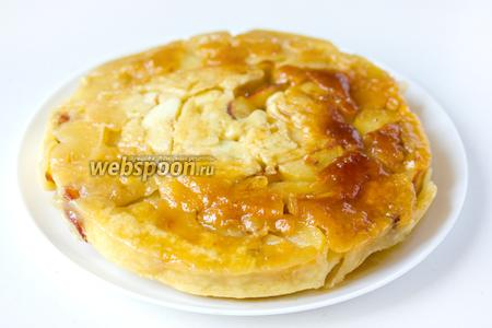 Когда пирог будет готов, переворачиваем его на плоское широкое блюдо — карамель окажется сверху. Подаём с молоком, чаем или кофе, на десерт.