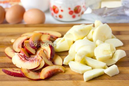 Яблоки чистим, нектарин хорошо моем, нарезаем ломтиками.