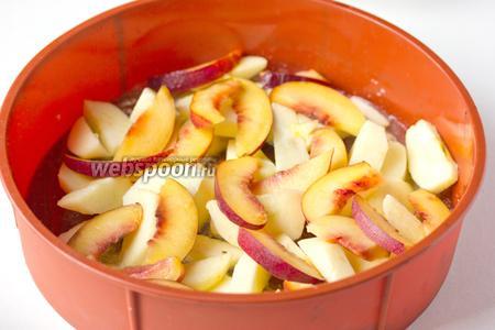 Сверху выкладываем ломтики яблок и нектарина.