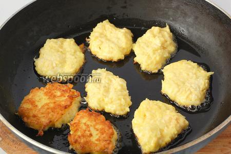 Столовой ложкой набирать смесь и обжаривать на сковородке с растительным маслом до румяной корочки с обеих сторон.