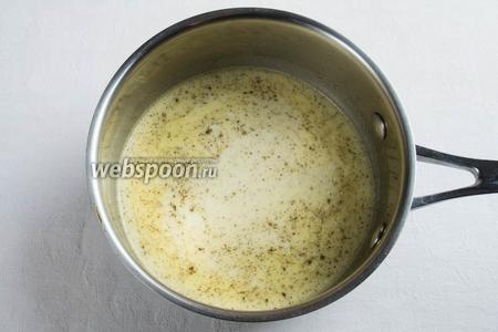 Тем временем, в сливки добавить соль и специи, вскипятить, добавить сливочное масло.