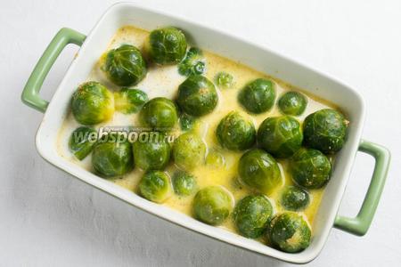 Выложить капусту в противень для выпечки. Залить сливочным соусом. Поставить в горячую духовку. Запекать капусту 15 минут при температуре 180 °С.