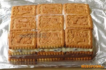 Верх торта закрыть слоем печенья, смоченного в молоке.