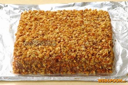 Бока и верх торта обильно посыпать овсяными хлопьями. Торт поставить для пропитки в холодильник на 2 часа.