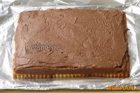 На печенье равномерно нанести творожную смесь с какао.