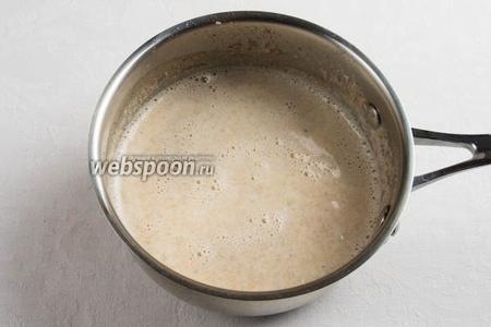 Залить овсянку горячим молоком со специями и варить на малом огне 15 минут, всё время помешивая.