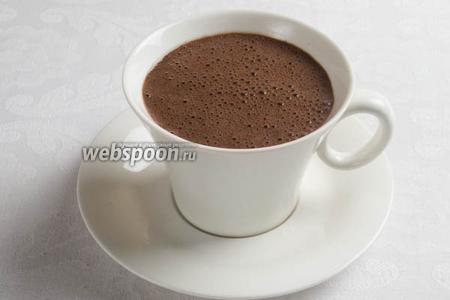 Разлить в чашки. Сверху посыпать тёртым шоколадом. Подавать можно к завтраку. На десерт этот напиток можно подать с мороженым и фруктами.