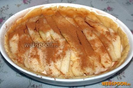Посыпьте сахаром и корицей. Выпекайте  в предварительно разогретой до 200 °C духовке 20-30 минут. Пирог можно подавать как холодным так и горячим. Приятного аппетита!