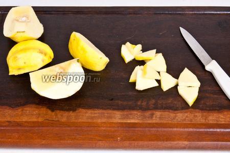 Разрезать пополам айву и удалить сердцевину с косточками.  Ещё раз вдоль (пополам) и нарезать поперёк дольками, толщиной около 3 мм.