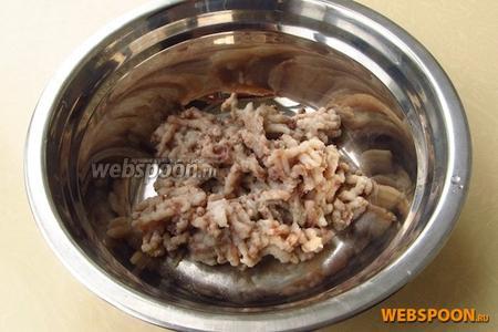 Филе сельди пропустить через мелкую решётку мясорубки.