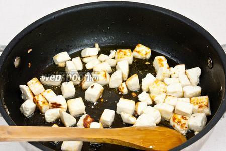 В разогретой сковороде на масле обжарить до золотистого цвета сыр.
