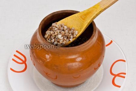 Взять глиняный горшочек и выложить слоями гречку, затем сметану, далее сырно-овощную смесь.