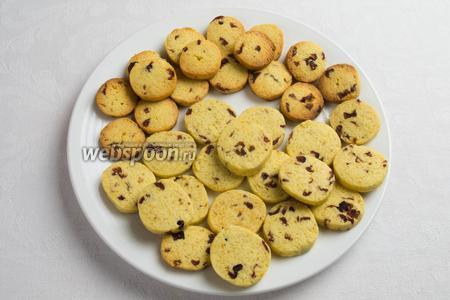 Вверху печенье зажаренное, поэтому следите за установкой режима работы духовки. Печенье должно подсушиваться, а не жариться. Иначе оно потеряет белый цвет. Вынуть  печенье из духовки, дать ему просохнуть до полного остывания. Подавать к чаю.
