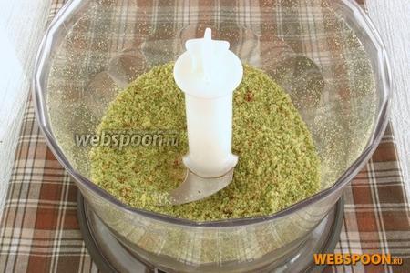 Приготовим сухарную панировку. В чашу блендера поместить сухари или хлеб, крупно нарезанный укроп, цедру лимона и кусочки паприки сушёной. Измельчить в однородную смесь.