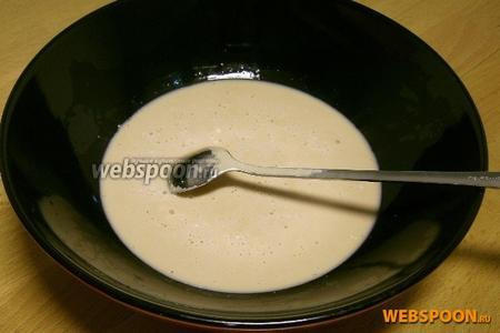 В миску выложить дрожжи, добавить соль, размять до жидкого состояния, добавить в миску с сывороткой и маргарином.