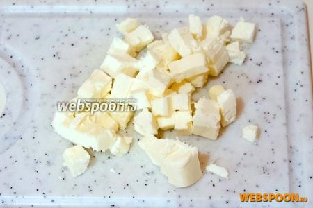 Масло сливочное должно быть холодным — нарежьте его на мелкие кусочки.