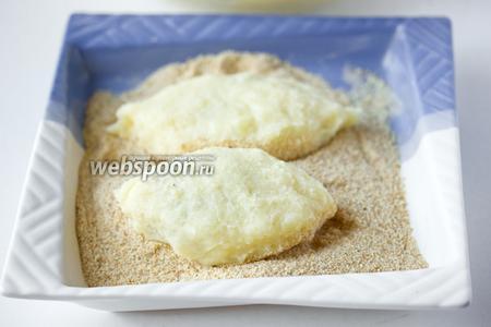 Закрываем фарш картофельным тестом, формируя зразы овальной формы. Обваливаем их в панировочных сухарях.