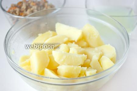 С отваренного картофеля сливаем воду, даём пять минут слегка остыть.