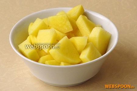 Картофелину очистить и нарезать кубиками.