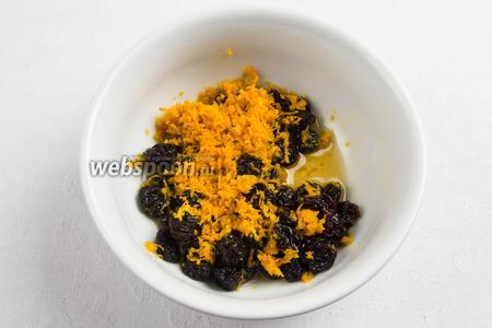 Изюм вымыть, просушить. Снять цедру с одного апельсина. Залить изюм и цедру коньяком. Настаивать 40-60 минут.