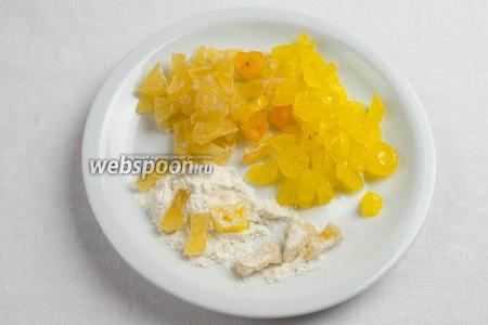 Приготовить цукаты ананаса и лимона (или любые по вкусу). Нарезать мелко на куски. Обвалять их в муке.