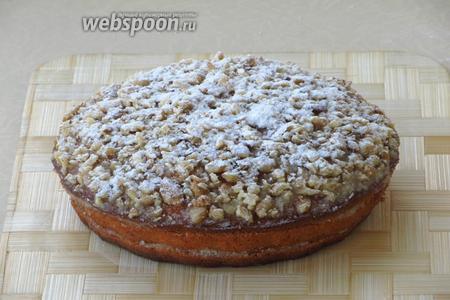 Крем закрыть верхним пластом коржа. Торт нужно украсить по вкусу. Можно смазать его кремом и посыпать рублеными обжаренными ядрами грецких орехов. Поверх орехов через сито слегка обсыпать сахарной пудрой.