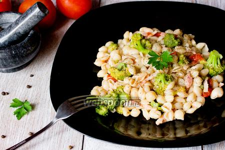 Конкильетте с брокколи, томатами и копчёной грудинкой