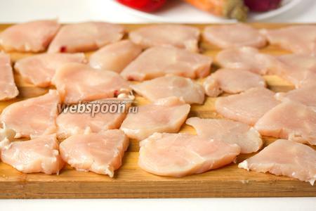 Куриное филе моем, высушиваем бумажным полотенцем и кладём в морозильную камеру на 10 минут. Таким образом в подмороженном виде нам легче будет нарезать мясо. Нарезаем поперёк каждое филе на 12-13 кусочков, всего у нас получится около 25 кусочков.