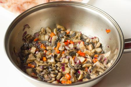 Теперь подготовим грибную начинку. Чистим лук, морковь (для начинки используем 1/3 всей моркови), хорошо моем половинку перца и шампиньоны. Овощи и грибы нарезаем мелкими кубиками и обжариваем в небольшом количестве подсолнечного рафинированного масла до полуготовности, слегка посолив в процессе обжарки.