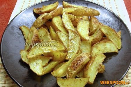 Запекать при 200 °C около 30 минут. Точное время приготовления зависит от сорта картофеля и особенностей духовки.