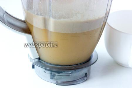 В процессе взбивания образуется густая пенка. Наливаем шейк в высокий стакан, посыпаем кокосовой стружкой и сразу же наслаждаемся!