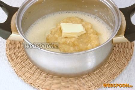 Снять с огня, добавить пюре из мякоти банана и сливочное масло. Перемешать.