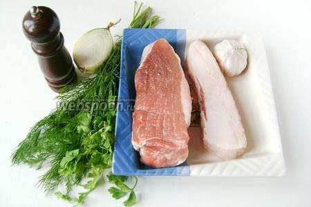 Для приготовления рулетиков нам понадобится мякоть свинины, свежее сало, чеснок, репчатый лук, соль, чёрный молотый перец, зелень укропа и петрушки, подсолнечное рафинированное масло, зубочистки.