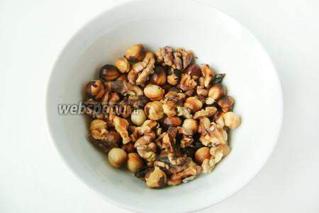 Прокаливаем грецкие орехи и фундук в духовке или микроволновой печи. Пересыпаем в миску, остужаем.