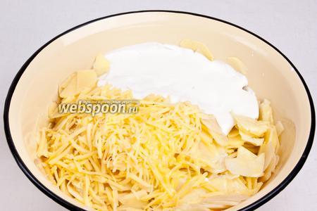 В глубокой миске перемешать картофель, половину сыра, масло и сметану.