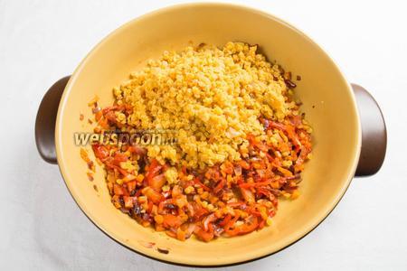В сковороду с тушёными овощами добавить готовую чечевицу. Перемешать. Посолить, поперчить по вкусу.