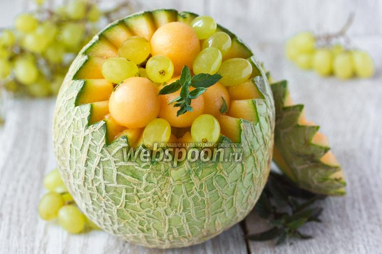 Фото Фруктовый салат из дыни и винограда