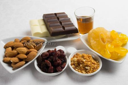 Чтобы приготовить туррон, нужно взять готовую начинку карамельную с пралине (250 г), или приготовить её из миндаля и сахара (200г+50г), молочный шоколад (или плитку чёрного и плитку белого шоколада), цукаты, изюм, сушёную клюкву, миндаль (50 г).