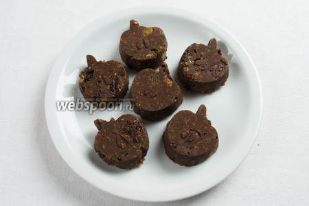 Фигурки шоколадного туррона можно оставить без покрытия.