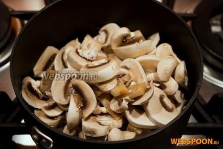 Порезать грибы, и обжарить вместе с луком под закрытой крышкой.