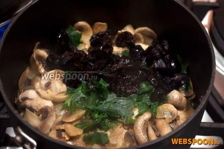 Когда грибы станут мягкими, добавить нарезанные оливки и петрушку. Перемешать, посолить и поперчить.