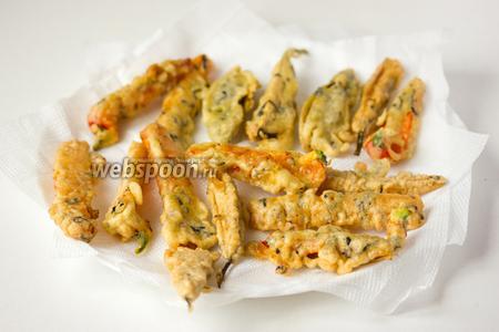 Когда появится золотистая корочка — выкладываем овощи на салфетку, чтобы впиталось лишнее масло. Подаём сразу же или в остывшем виде в качестве закуски с соусом или как гарнир к мясу.