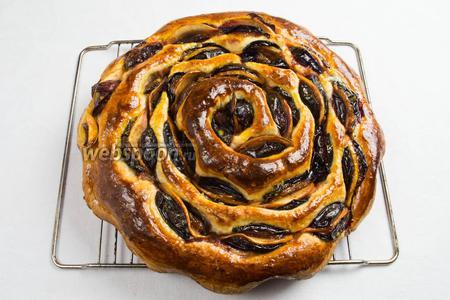 Готовый пирог вынуть, горячим смазать медовой смесью с маслом, остудить на решётке. Подавать к чаю.