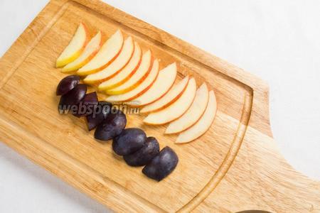Половинки яблока (можно взять сушёное) нарезать тонкими дольками. Сливы очистить от косточек. Нарезать дольками.
