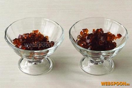 Желе порционно разложить в вазочки или креманки.