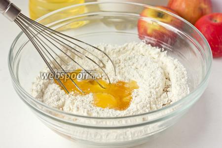 Перемешиваем муку и соду. Вбиваем к ним яйцо и вливаем жидкий мёд. Перемешиваем венчиком.